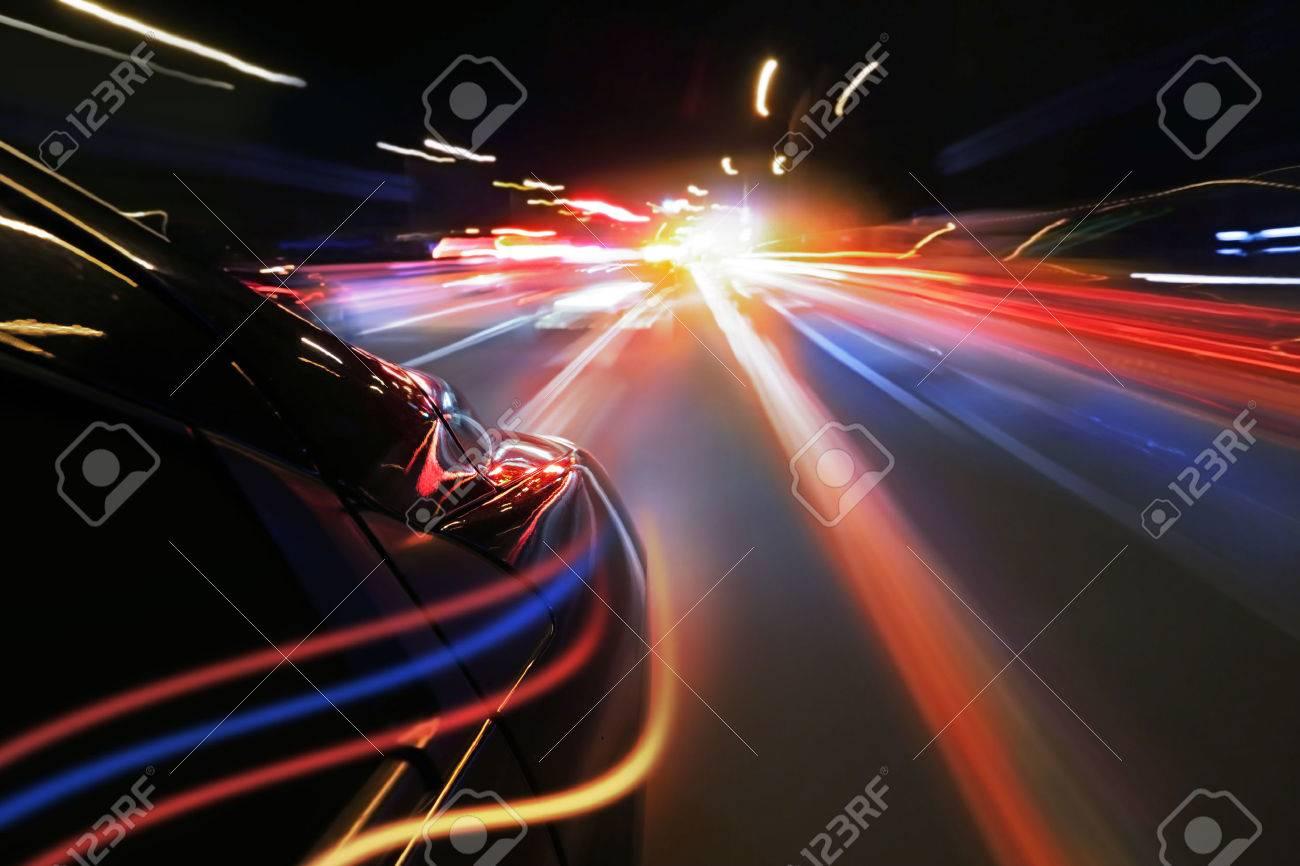 Auto A Toda Velocidad Por La Noche Con Luz De Neón Fotos Retratos