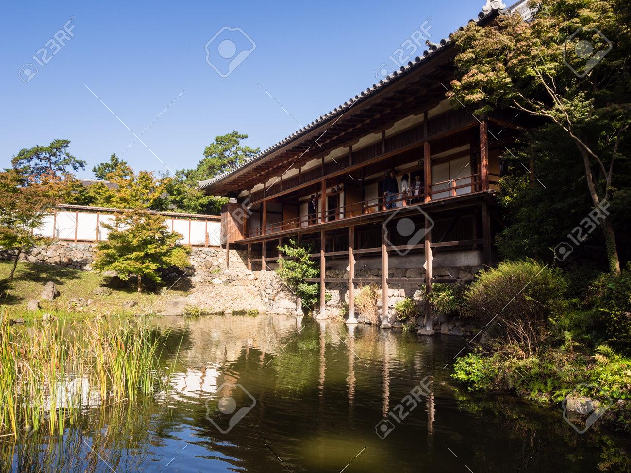 Kitakyushu, Japon - 29 octobre 2016: Jardin japonais traditionnel avec  salon de thé et étang près du château de Kokura
