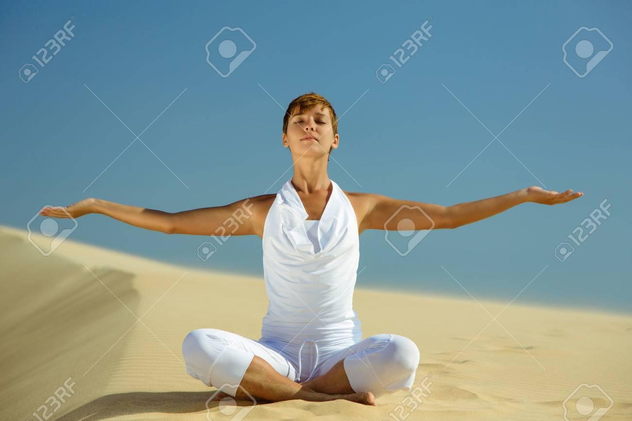 Yoga-Meditation Am Strand, Gesunde Weibliche Körper In Frieden ...