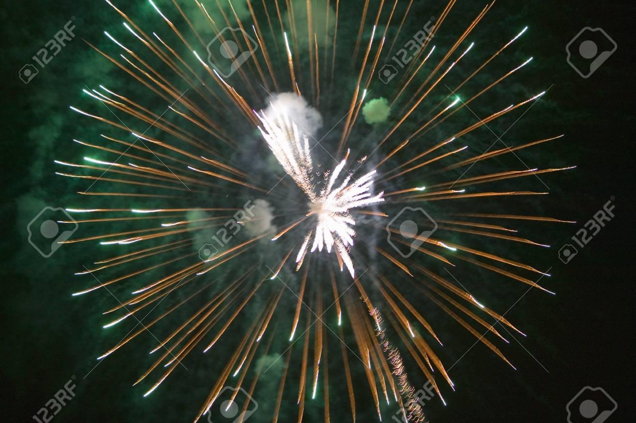 Celebración Del Cuatro De Julio Con Fuegos Artificiales Que Estallan ...