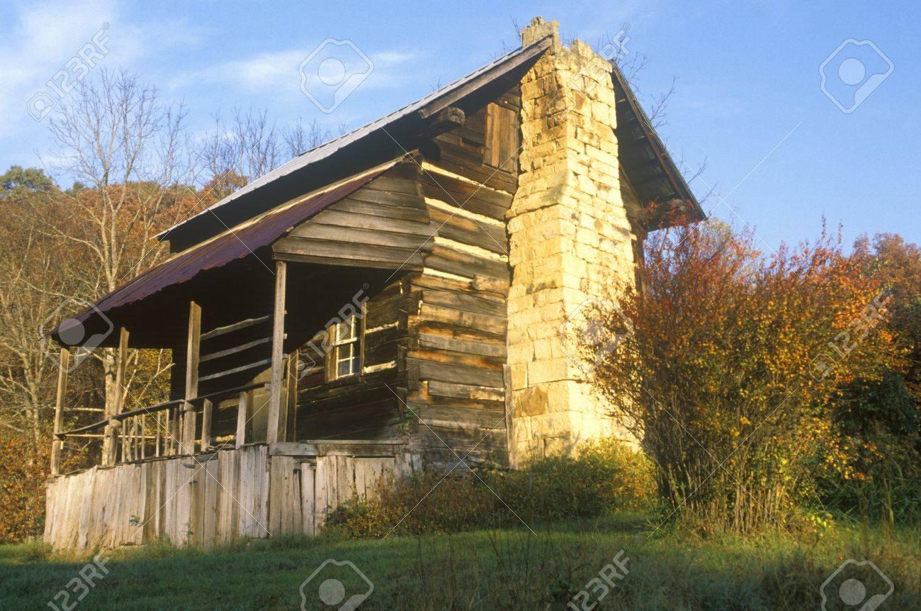 exterior de la cabaa de madera con chimenea y porche tn foto de archivo