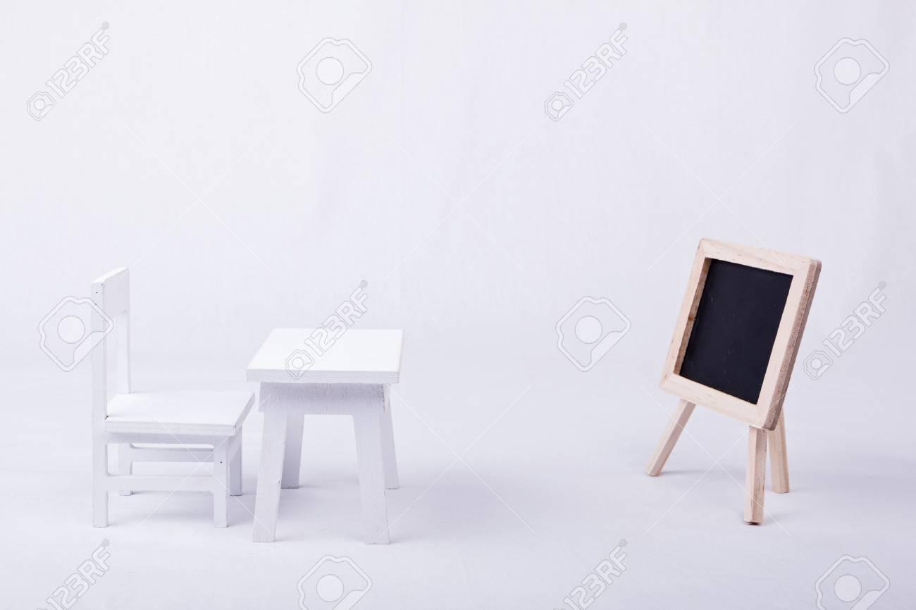 Chaise en bois blanc bureau et tableau noir sur fond blanc