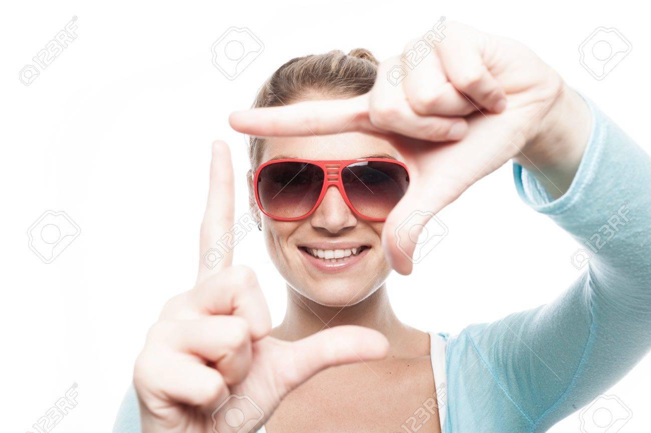 Schöne Frau Trägt Eine Sonnenbrille, Einen Finger Rahmen Um Ihr ...
