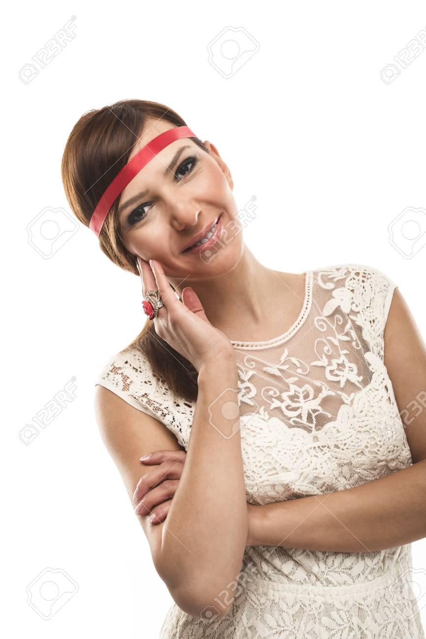Banque d images - Belle jeune femme brune vêtue d un haut en dentelle et  bandeau rouge en regardant la caméra, isolé sur blanc 4ab8f94b44a6