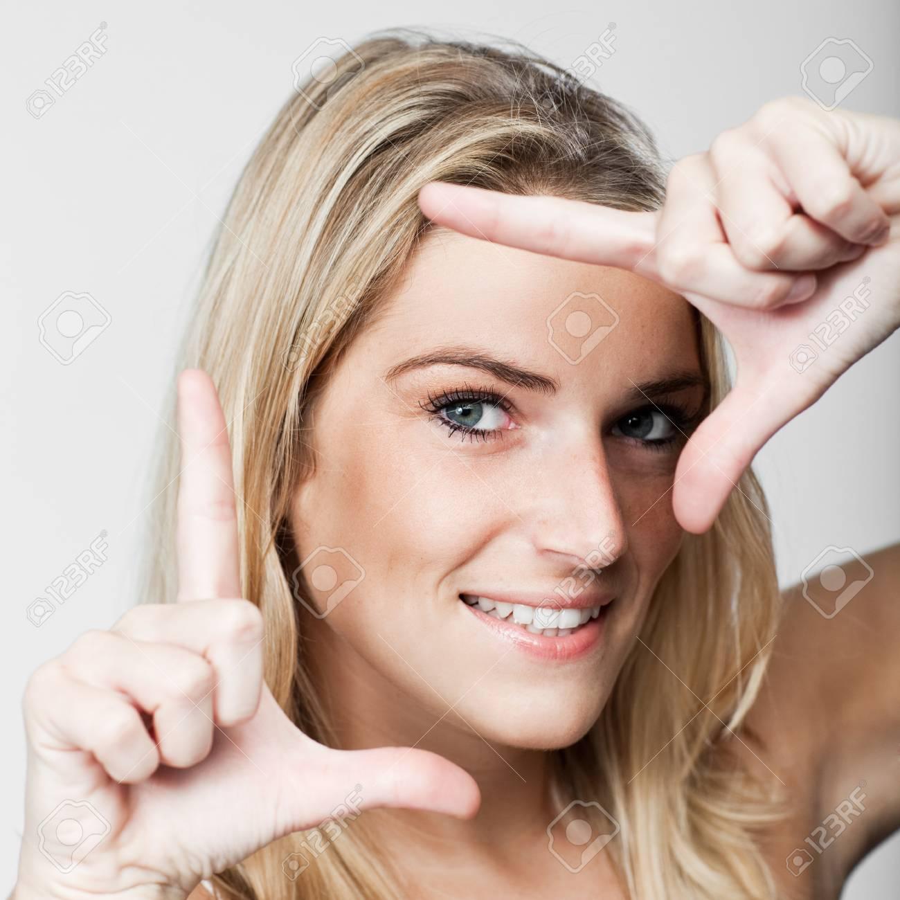 Schöne Blonde Frau, Die Einen Rahmen Mit Den Fingern Um Ihr Gesicht ...