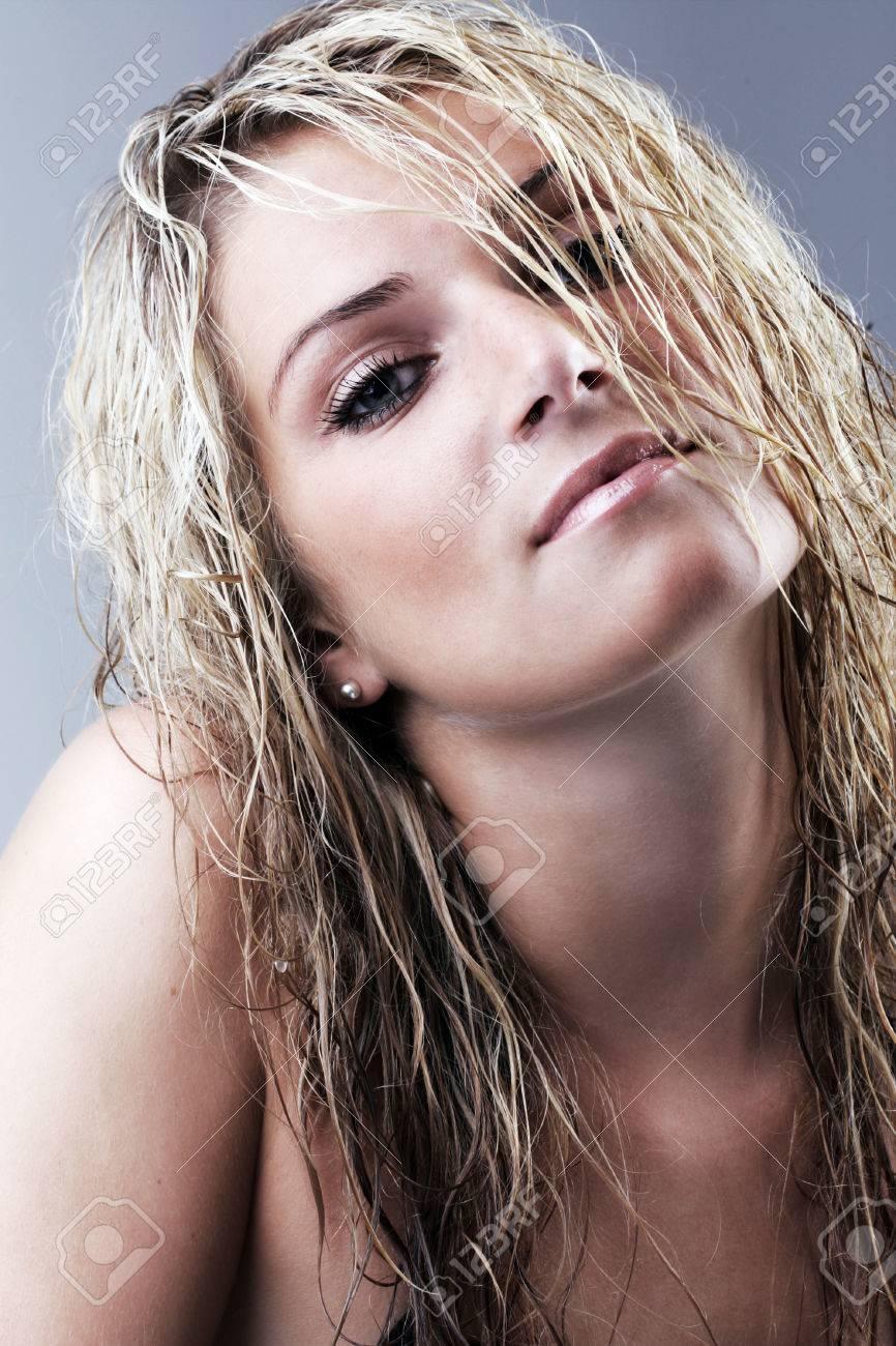 schone nackte blonde geben kopf