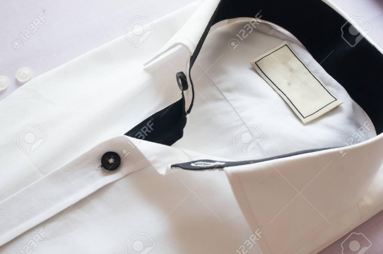 the best attitude d7adb 37708 Camicia bianca con colletto e bottoni neri. tiro chiave di bella camicia  bianca per la moda o di un look di classe per gli uomini