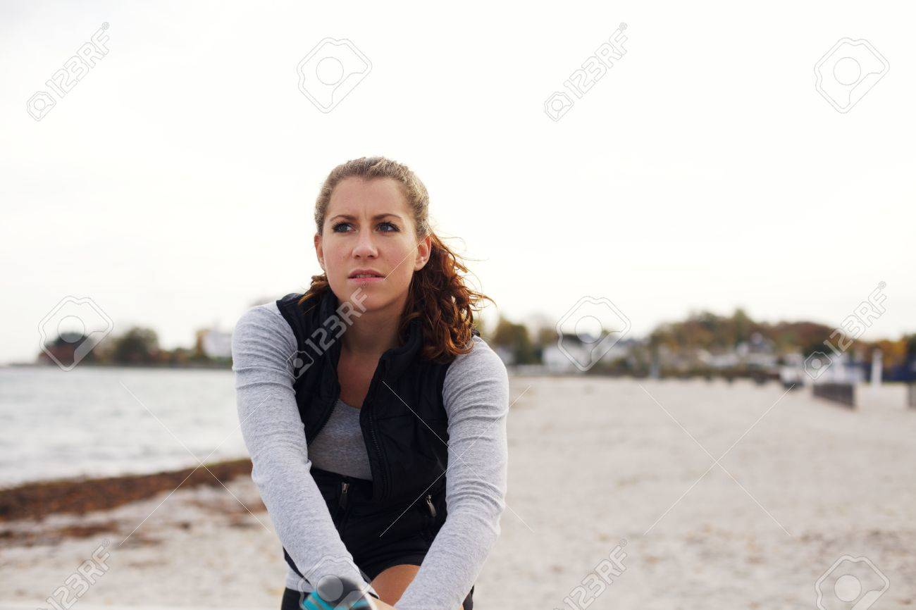 Athlète Féminin Attirant Dans Des Vêtements De Sport De Repos Après Une  Séance D entraînement. Femme De Race Blanche étirant Ses Jambes Après Une  Course Sur ... c7b4be3c731