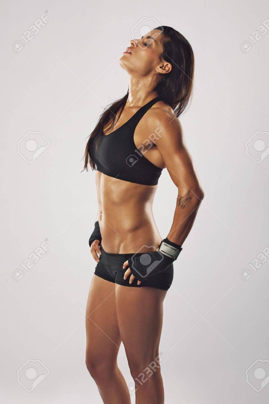 Boxeuse fatigué se détendre après une séance d entraînement. Jeune femme de  prendre du 9f0cc31ba12