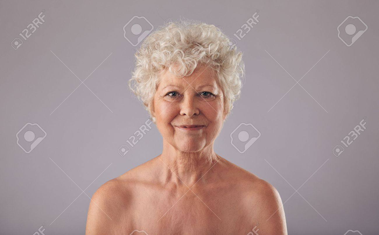 reife altere frauen posiert nackt