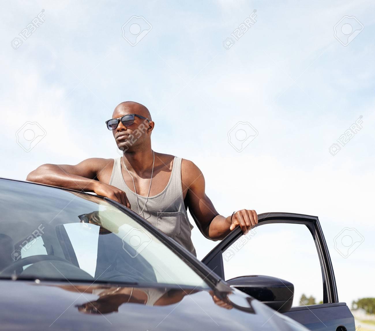 Homme Voiture Appuyé Des Portrait Africains Près En Soleil Debout Hommes La Smart Jeune Détournant VoitureModèle Sur Lunettes Sa De rdxeCBo