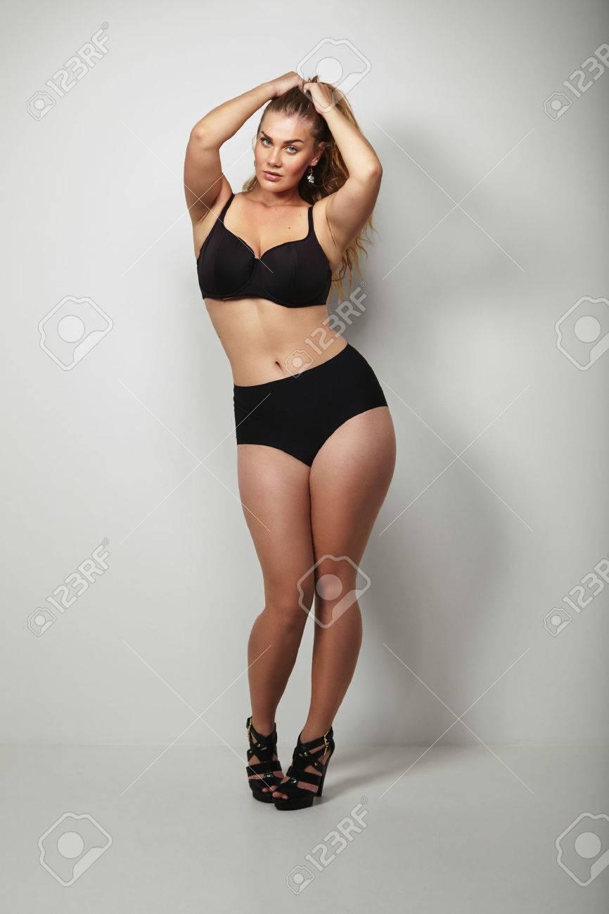 6400773b4b28 Retrato de mujer joven sensual posando en bikini negro. Plus tamaño de  modelo de mujer caucásica en ropa interior con hermosas curvas.