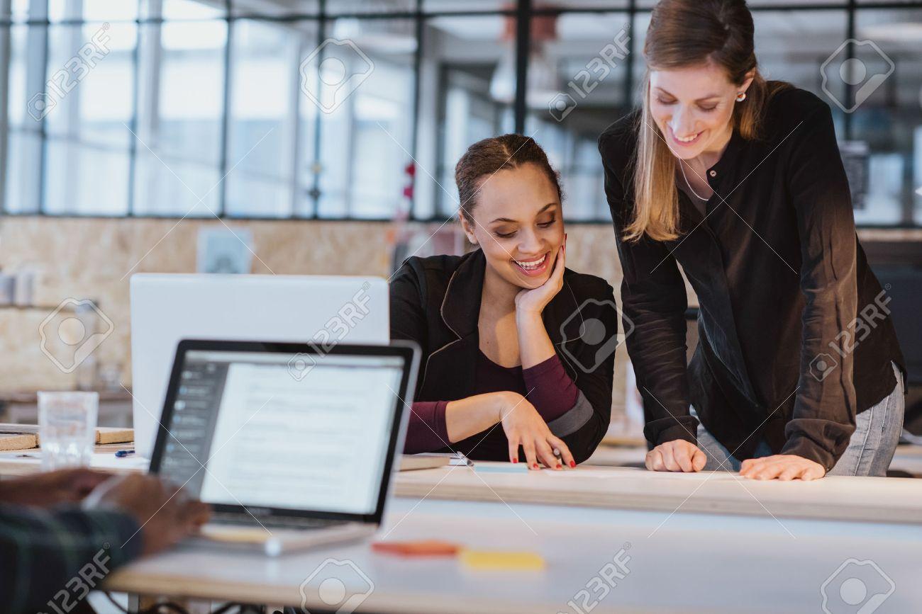 Zwei Junge Frau Im Buro Arbeiten An Einem Neuen Kreative Gestaltung