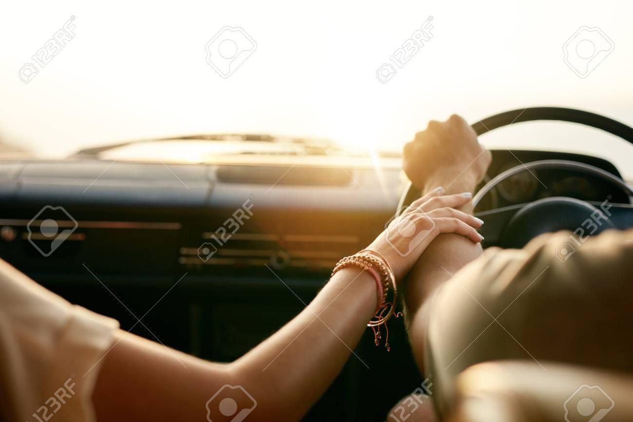 Im auto händchenhalten Cartoon Händchenhalten