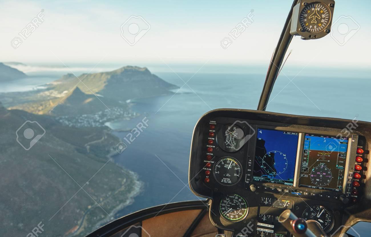 Elicottero Interno : Veduta aerea da una cabina di pilotaggio elicottero volare sopra