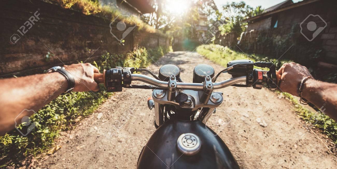 Piloto Conducir La Motocicleta En Un Camino Rural. Punto De Vista ...