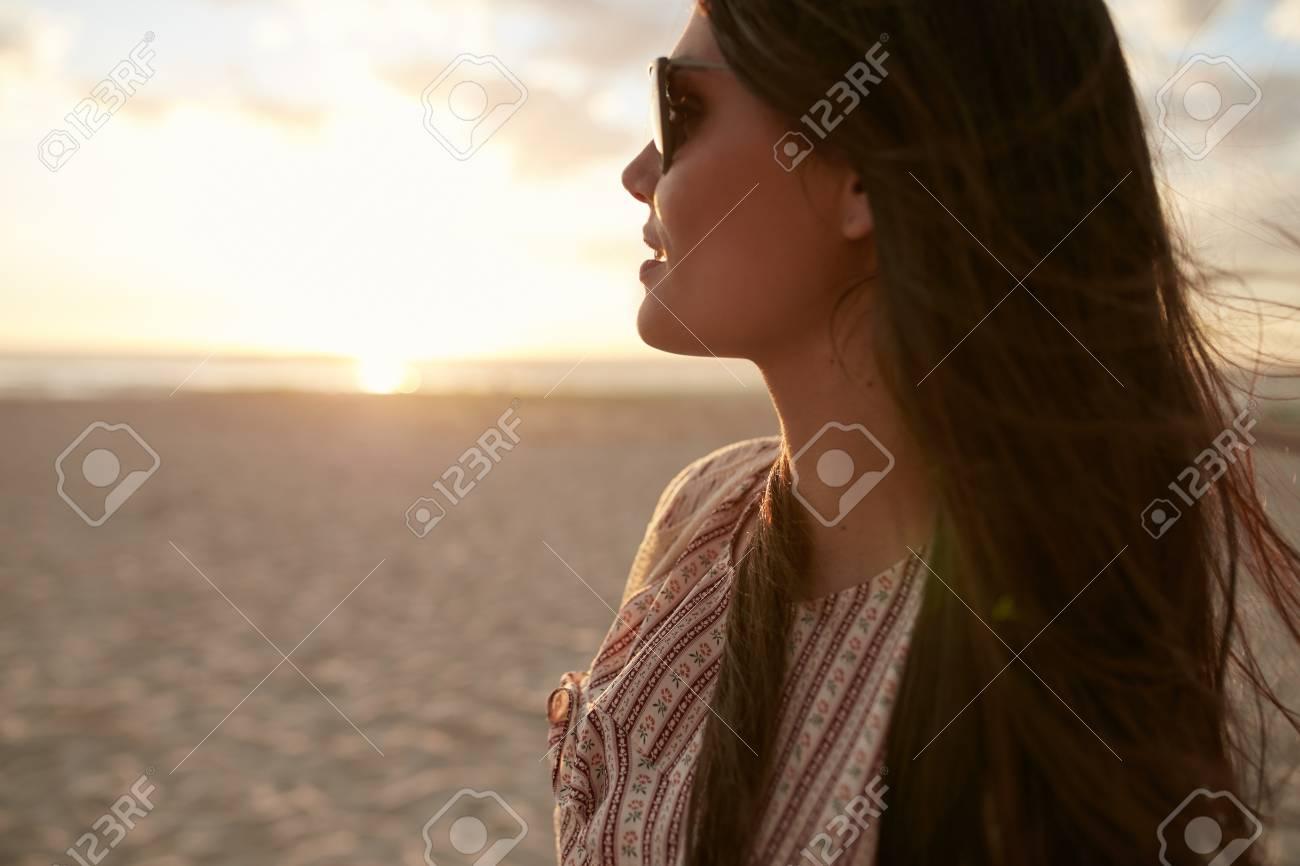 5155e7bcf9db8b Des Des De Plan Femme La La Belle Avec Soleil Jeune Lunettes Gros En  xA0w6qTT