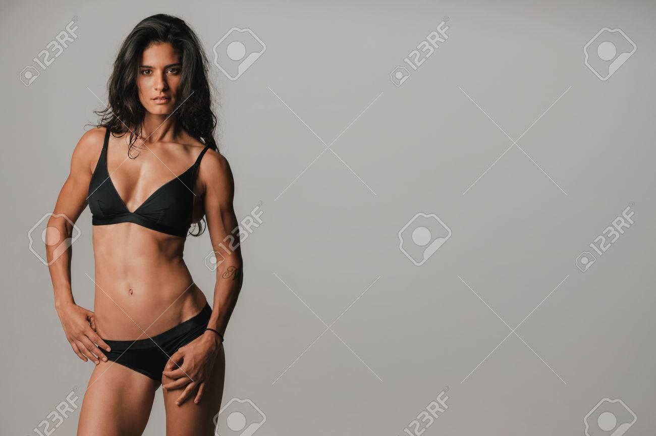 e5aa3266b Mujer Bonita Joven Con La Ropa Interior Negro Sexy Posando Con La Mano En  La Cadera Que Mira A La Cámara Con Una Expresión Seductora Sensual