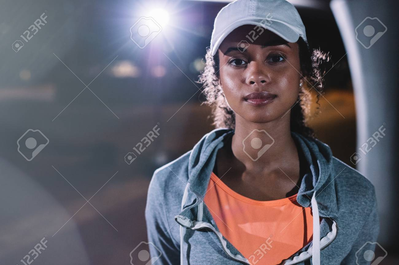 72668393-gros-coup-de-jeune-femme-au-repos-après-la-remise-en-forme -de-nuit-dans-la-ville-femme-africaine-en-te.jpg b8e8363f441