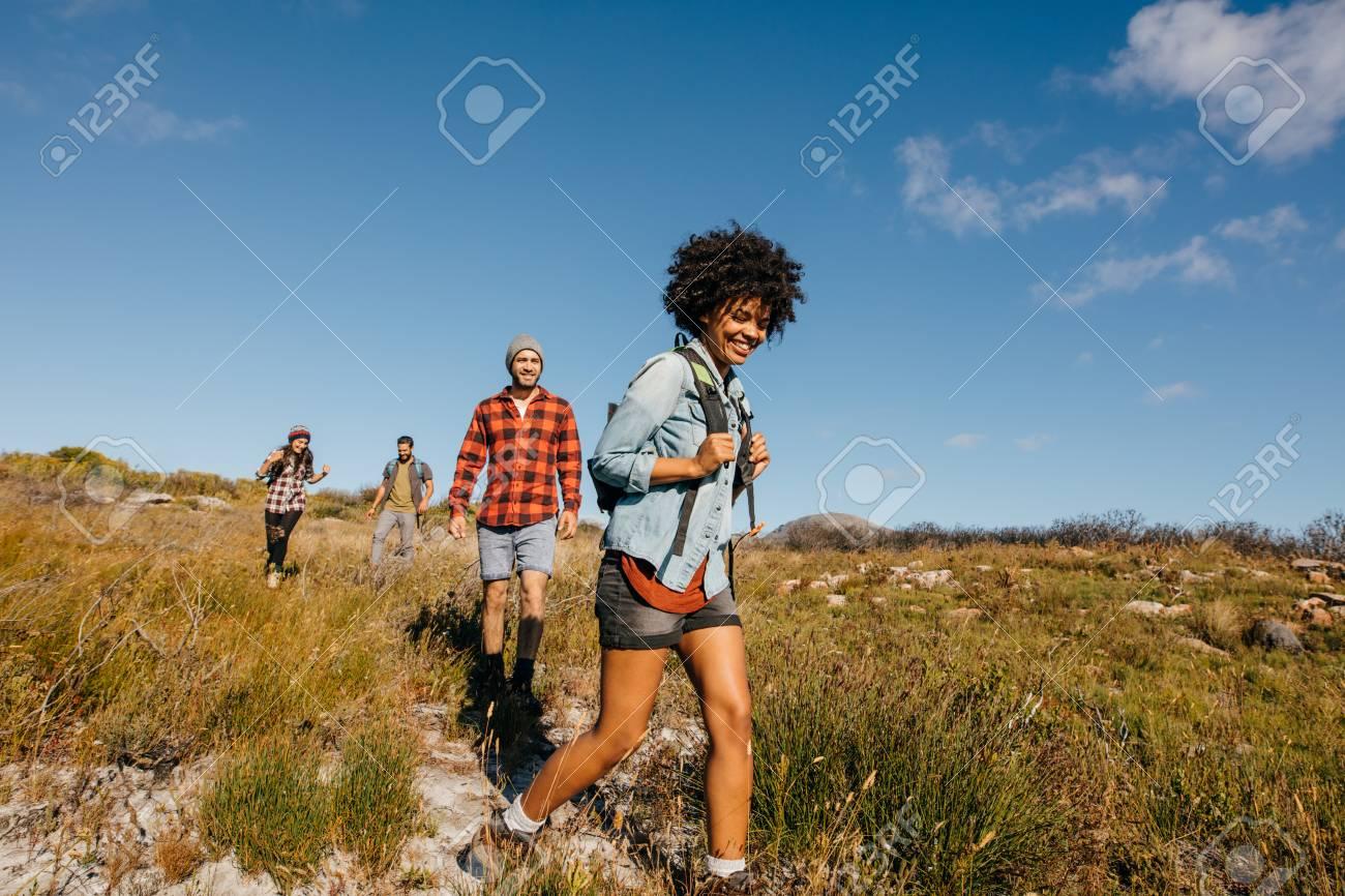 Groupe de jeunes sur une randonnée à travers la campagne ensemble. Jeunes amis, randonnée dans la nature.