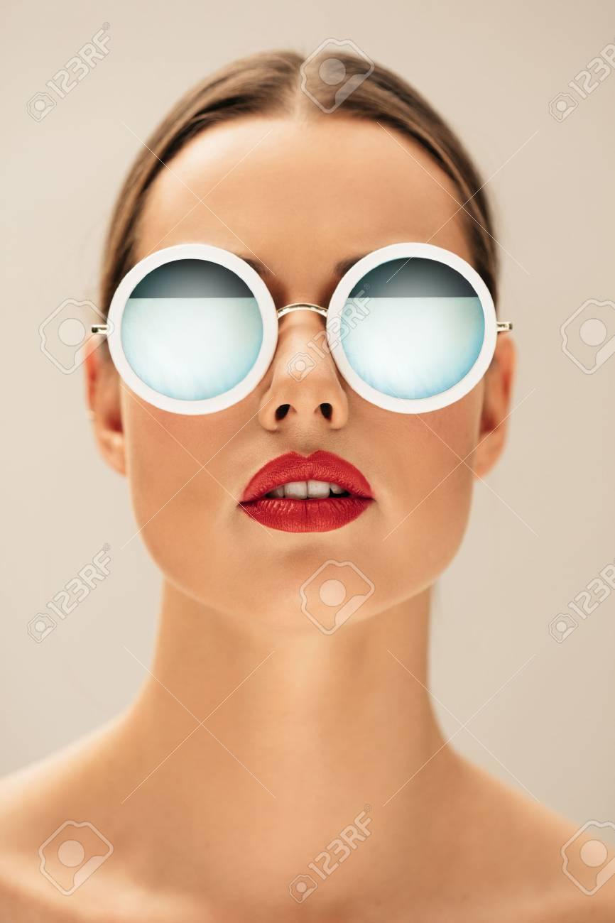 Femme Lunettes SoleilModèle Vertical Gros Fond Portant Féminin Caucasien Des De Posant Contre Plan Beige Un Portrait Jeune uFK3Tc1lJ