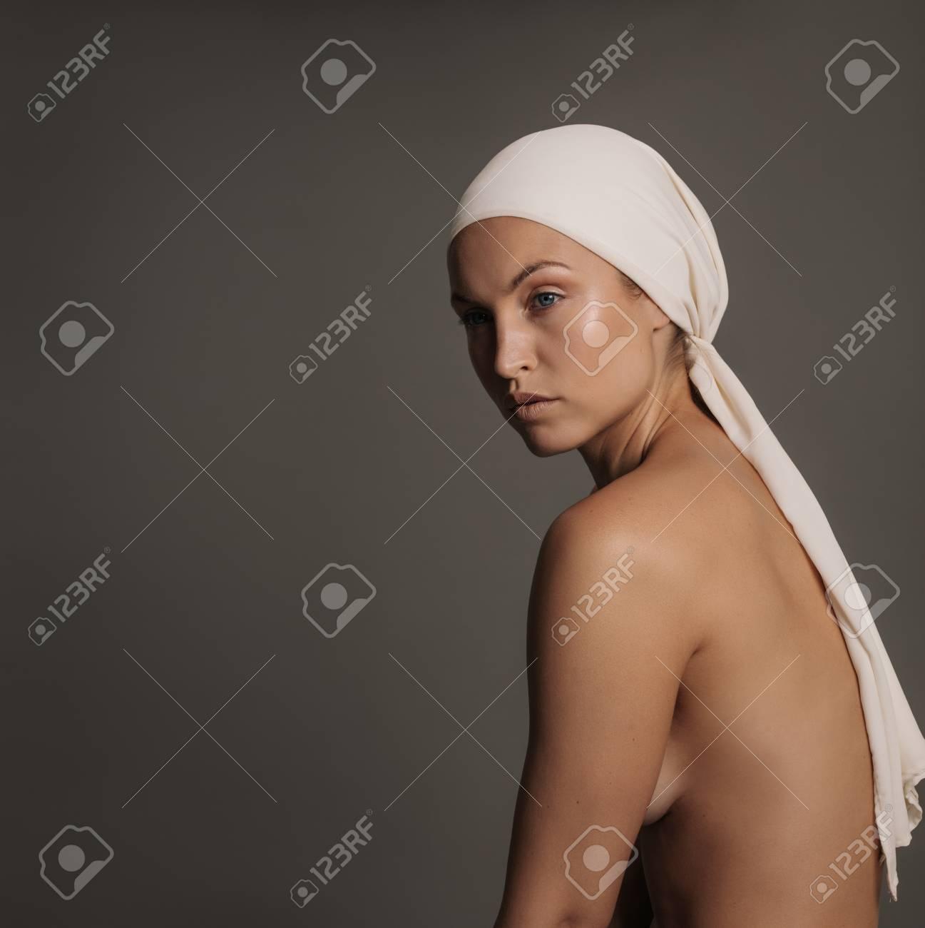 frau kopftuch nackt