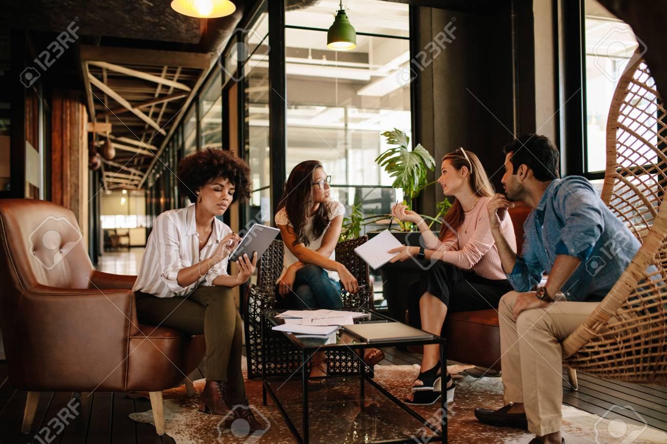 Quipe jeunes professionnels ayant des discussions au bureau les