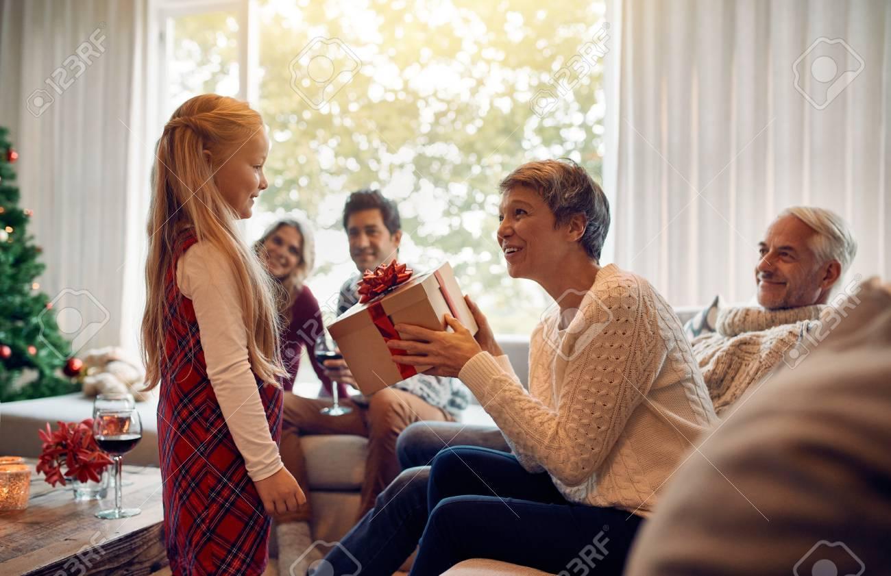 Fällige Frau, Die Ein Weihnachtsgeschenk Von Ihrer Enkelin Empfängt ...