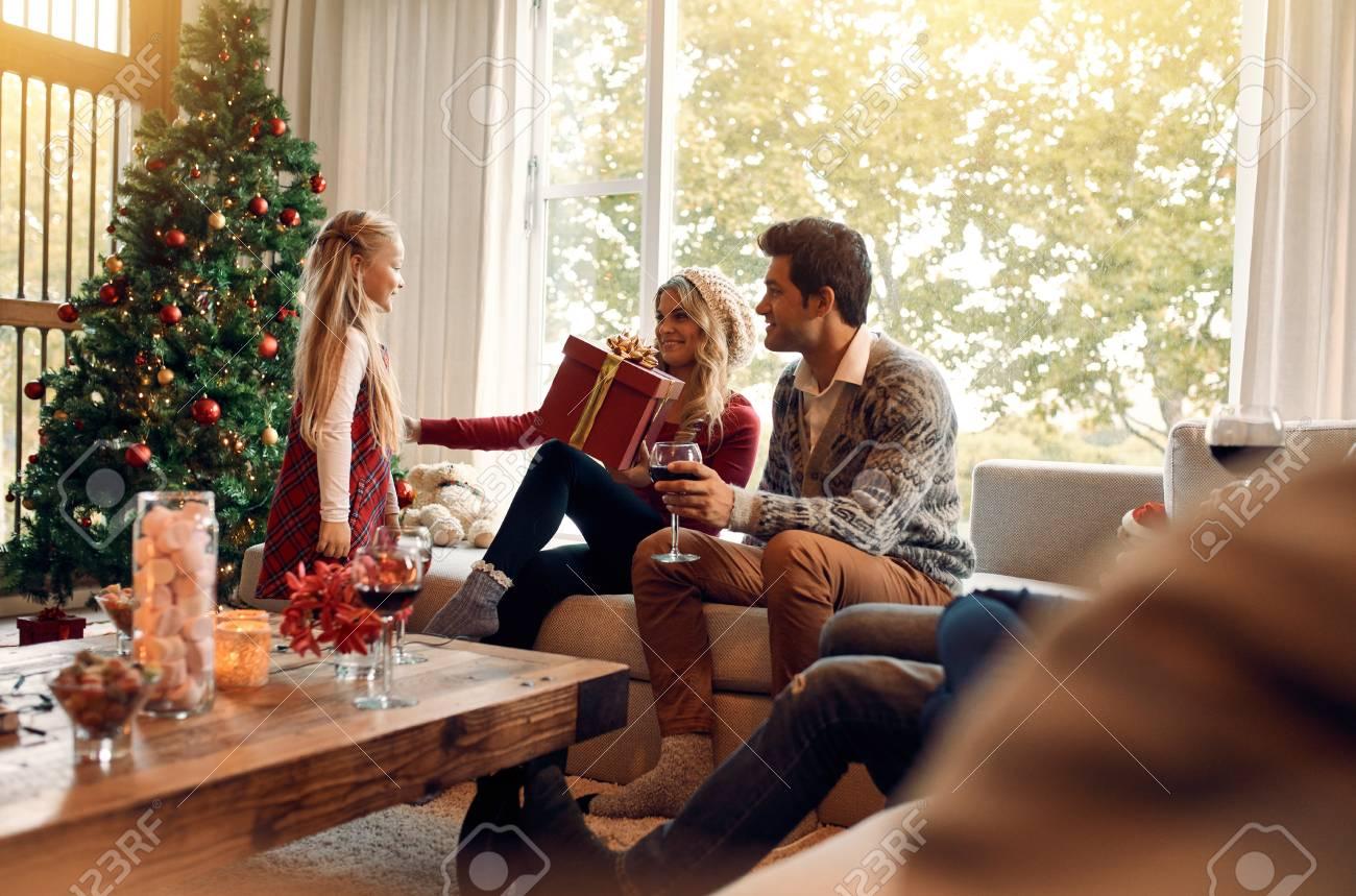 Frau, Die Ein Weihnachtsgeschenk Von Ihrer Kleinen Tochter Empfängt ...