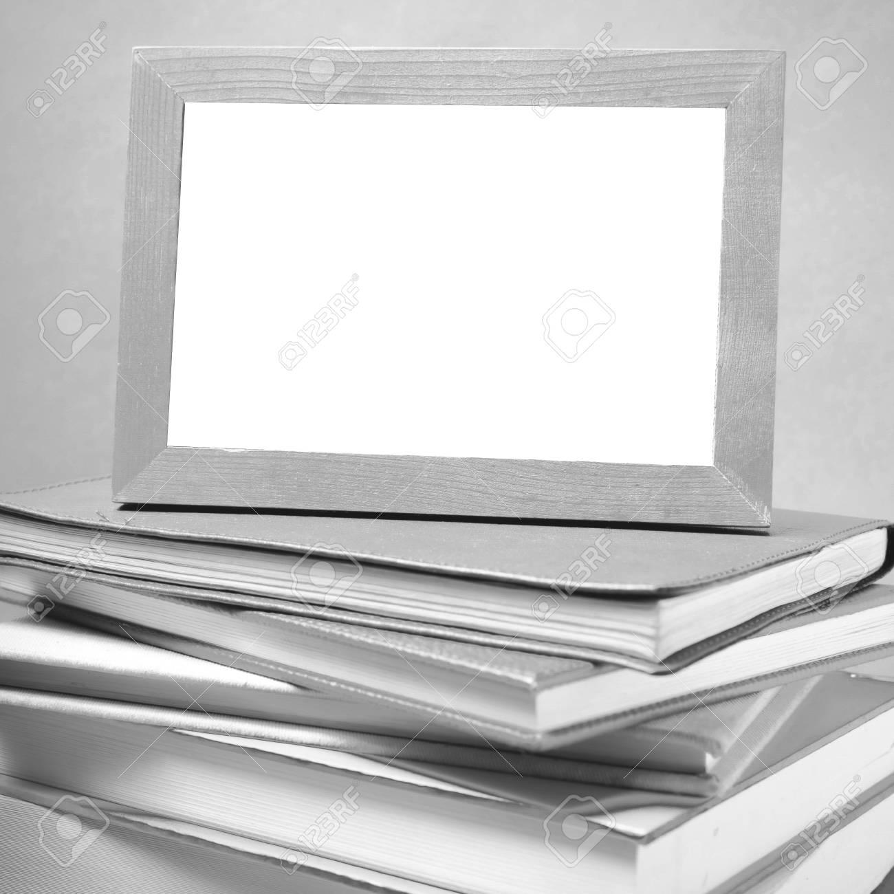 Stapel Von Büchern Und Fotorahmen Auf Holz Hintergrund Schwarz-Weiß ...