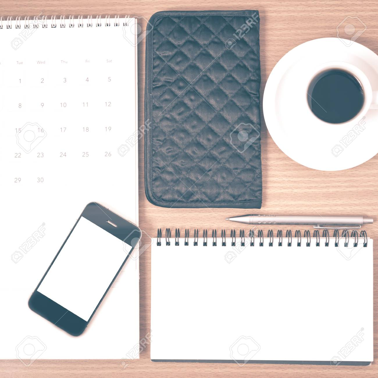 Calendario Con Note.Desktop Caffe Con Telefono Blocco Note Portafoglio Calendario Su Legno Sfondo Stile Vintage