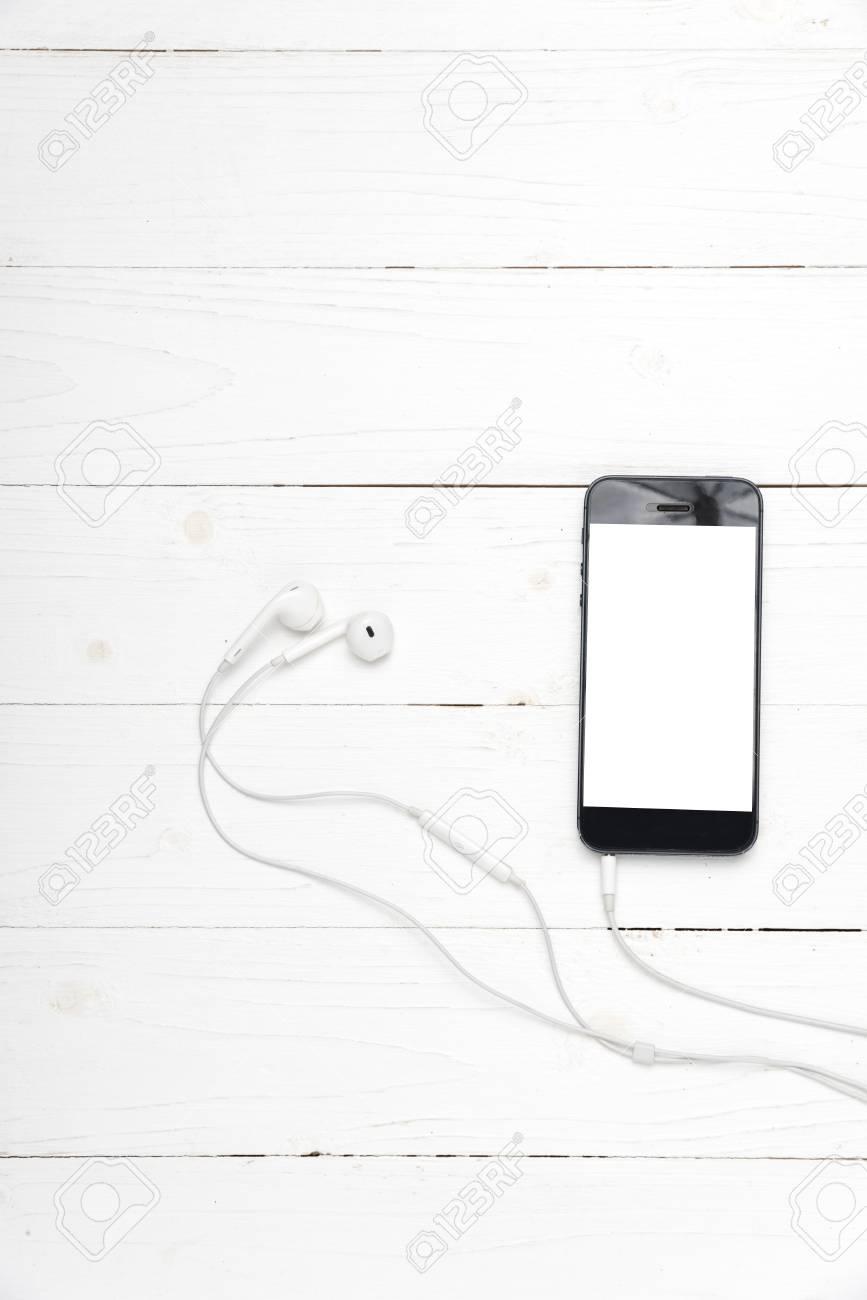 Immagini Stock Smart Phone Con Auricolare Su Sfondo Bianco Legno