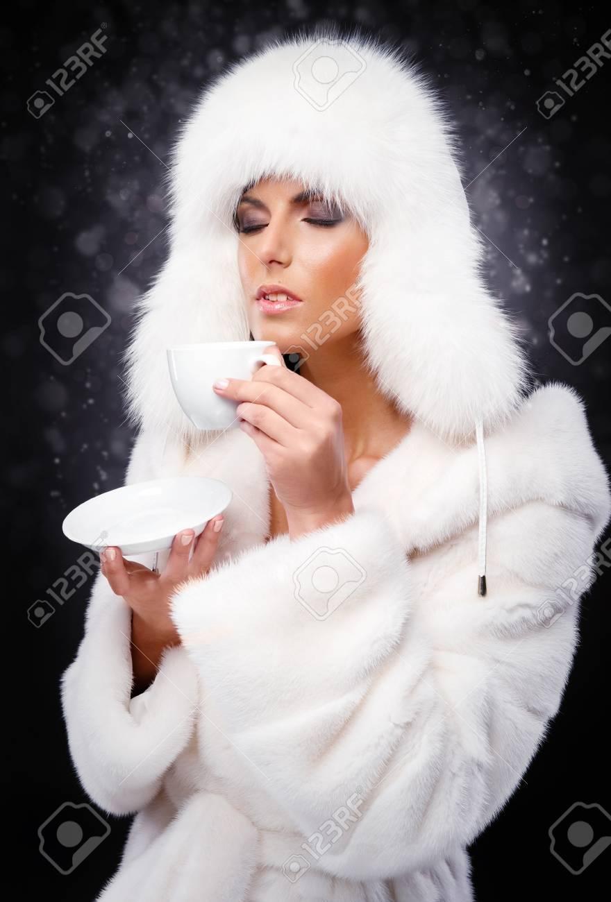 De Boire Femme En Du Blanc Belle Et Manteau Fourrure Bouchon Café R4A35Lj