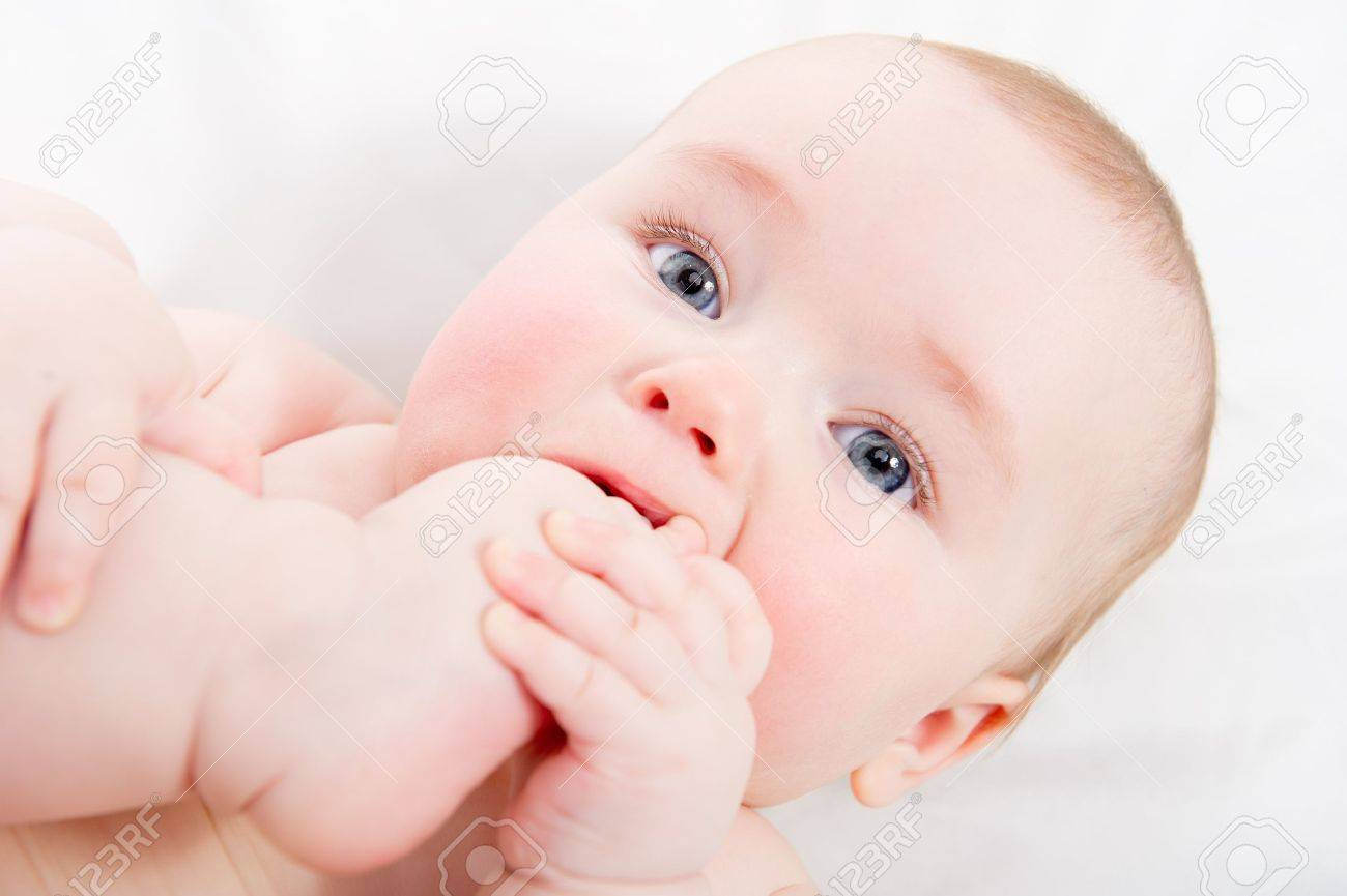 Adorable bebé chupándose el dedo del pie Foto de archivo - 13873850