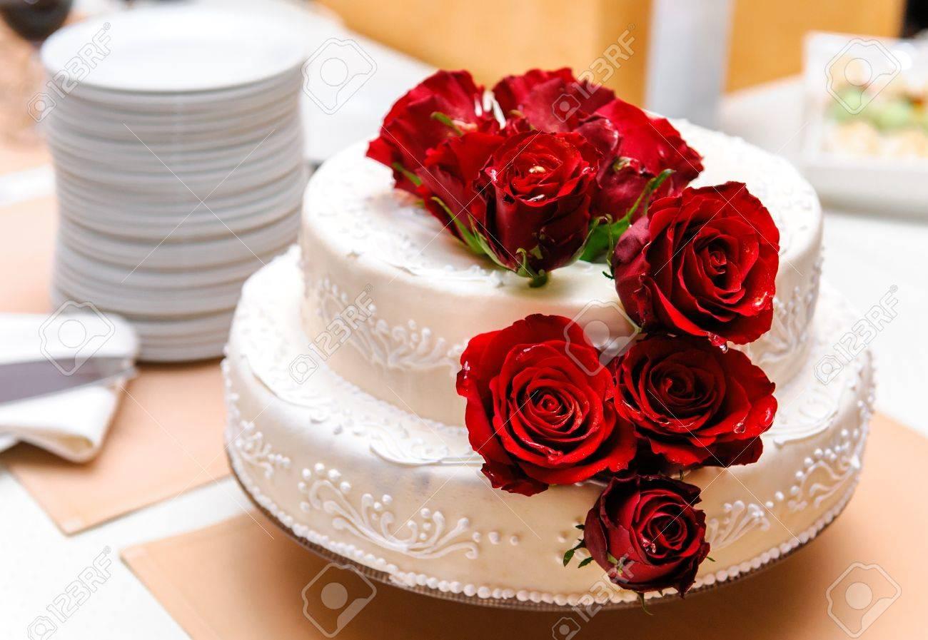 Hochzeitstorte Mit Roten Rosen Geschmuckt Lizenzfreie Fotos Bilder