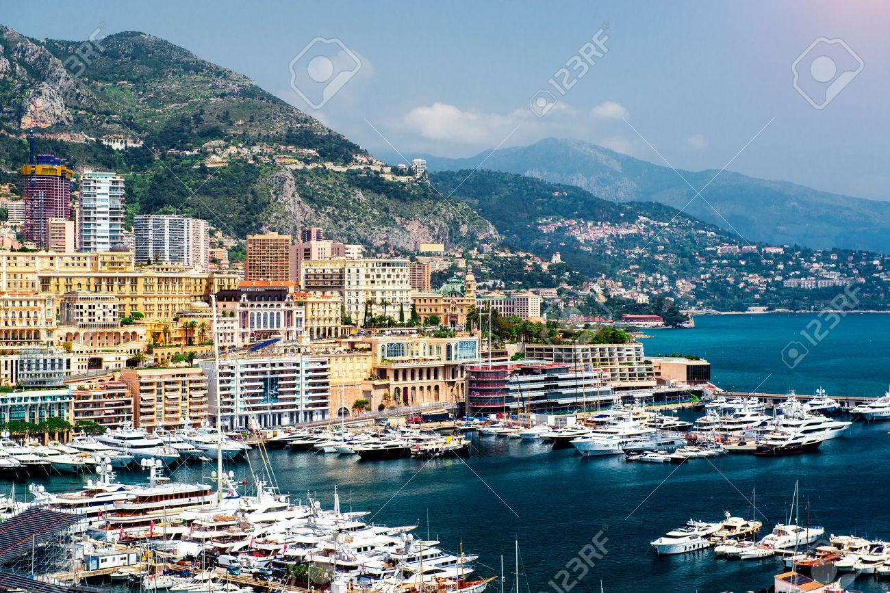 都市の景観とモンテ carlo モナコ公国の港 ロイヤリティーフリーフォト