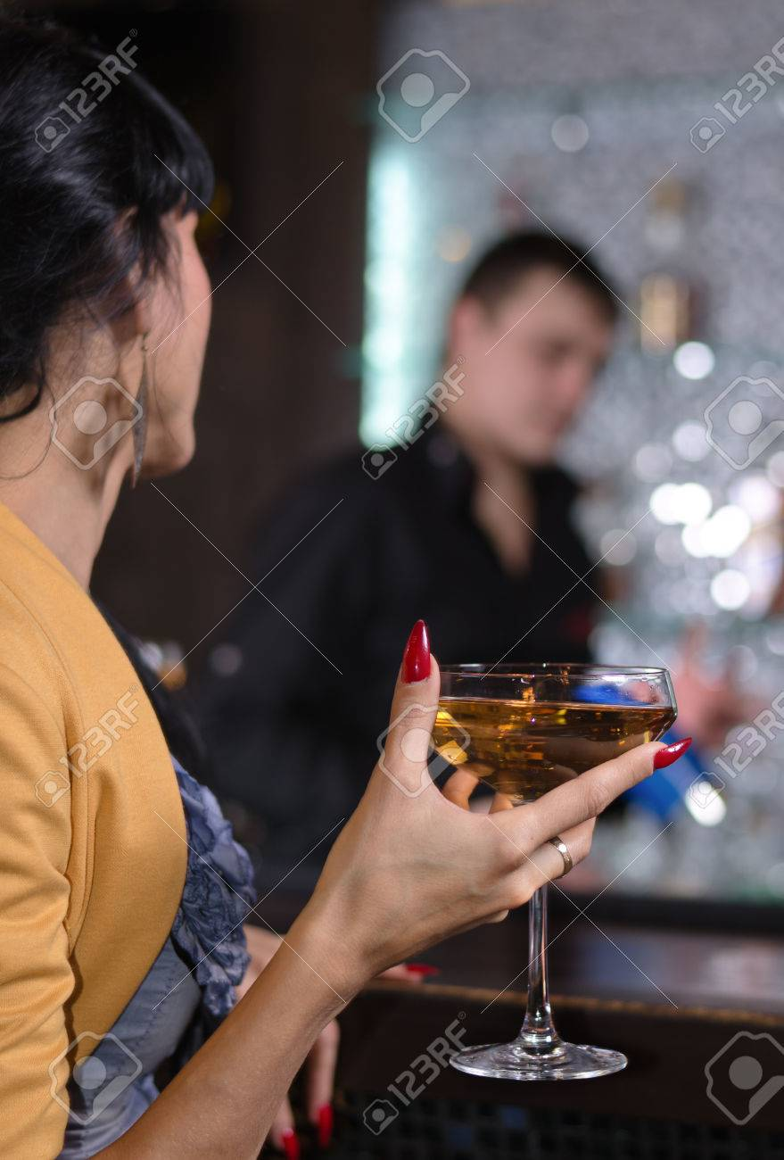 Elegante Frau Trinkt Einen Martini Cocktail Mit Großaufnahme Von Der