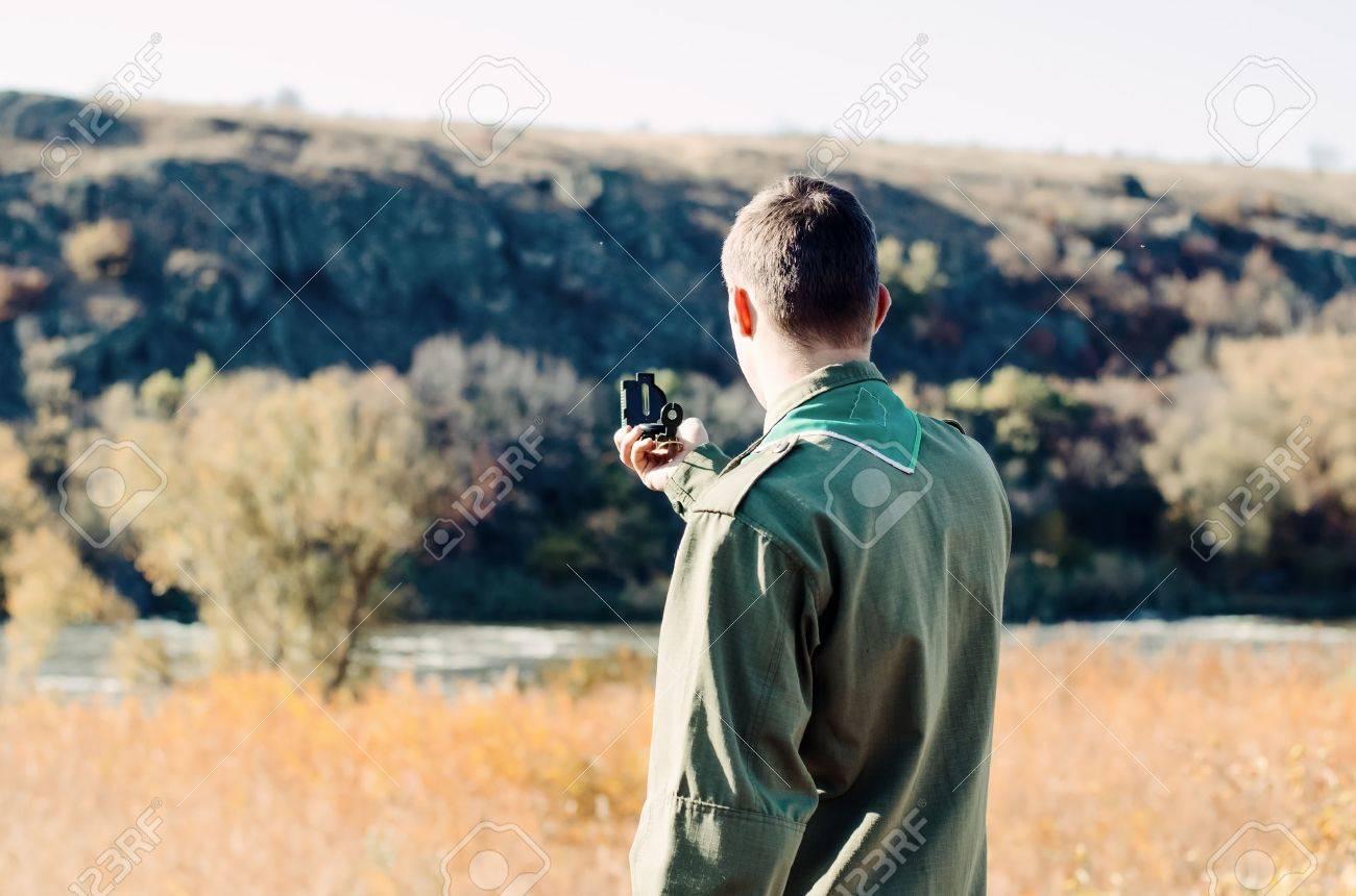 Encuadre De Cuerpo Entero Disparo De Un Boy Scout En Uniforme Con Un ...