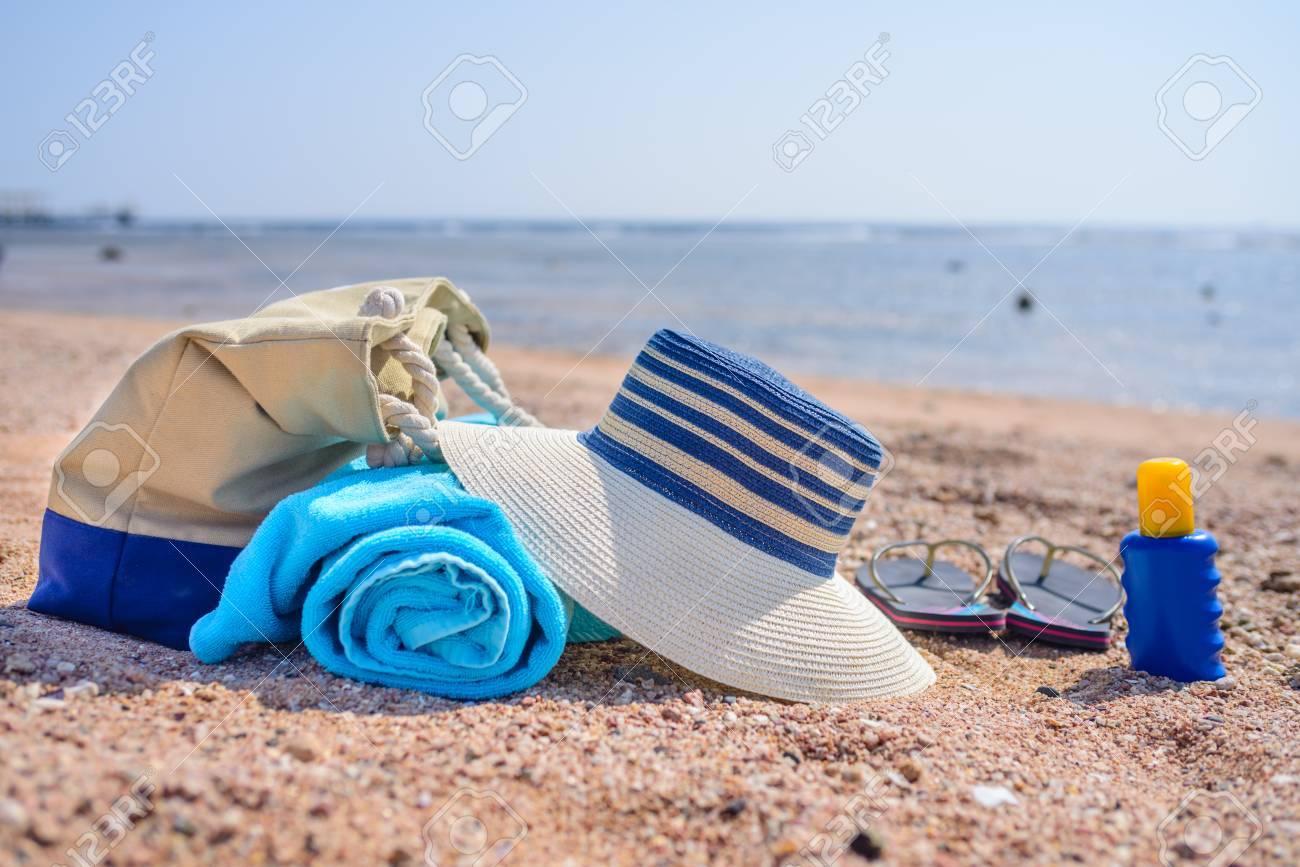 0d89a903ebb50 Standard-Bild - Strandtasche und Zubehör für Tag am Strand auf Sandy-Ufer -  Sonnenhut