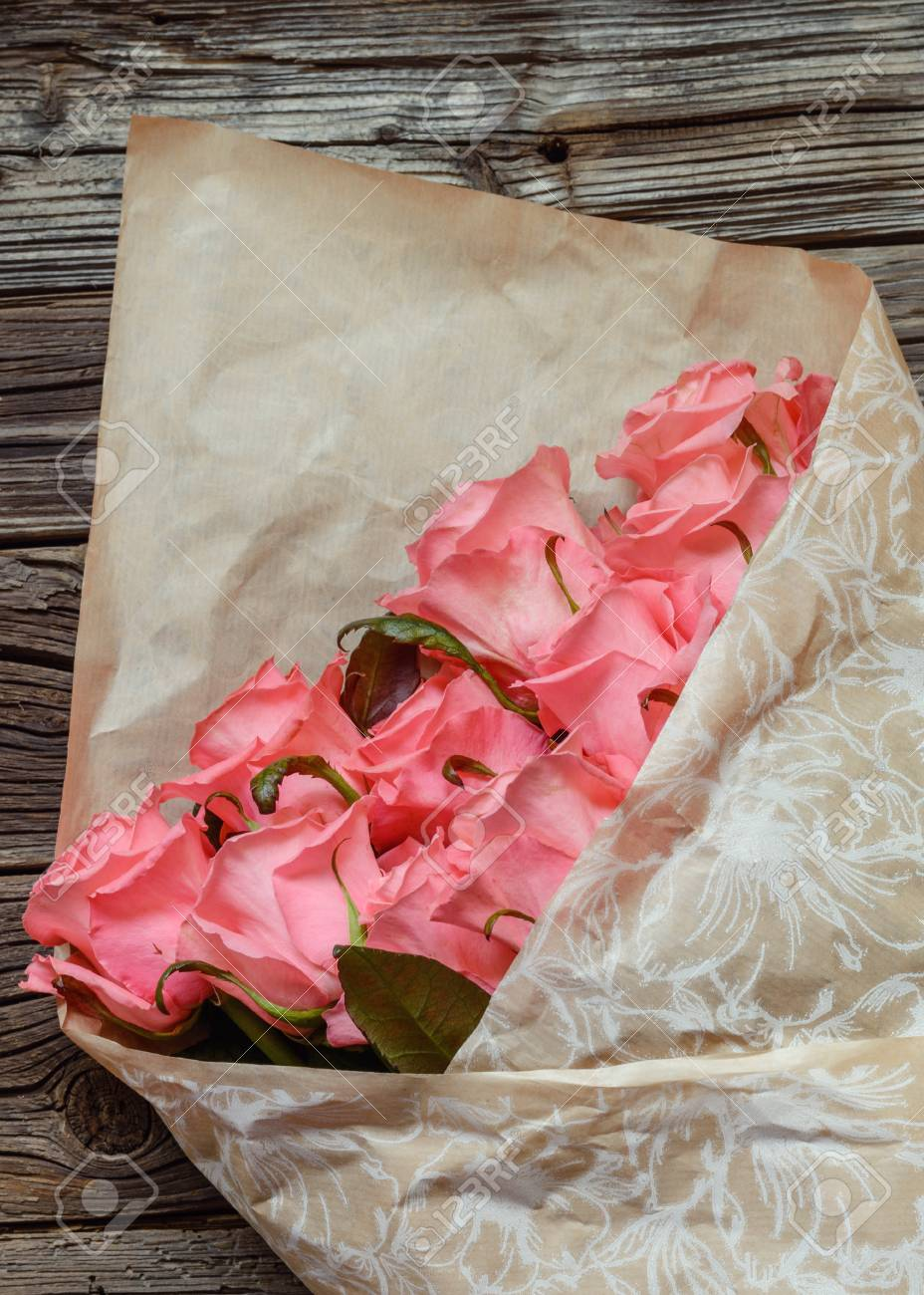 Blumenstrauss Aus Geschenk Verpackt Rosa Rosen Symbolisch Fur Liebe