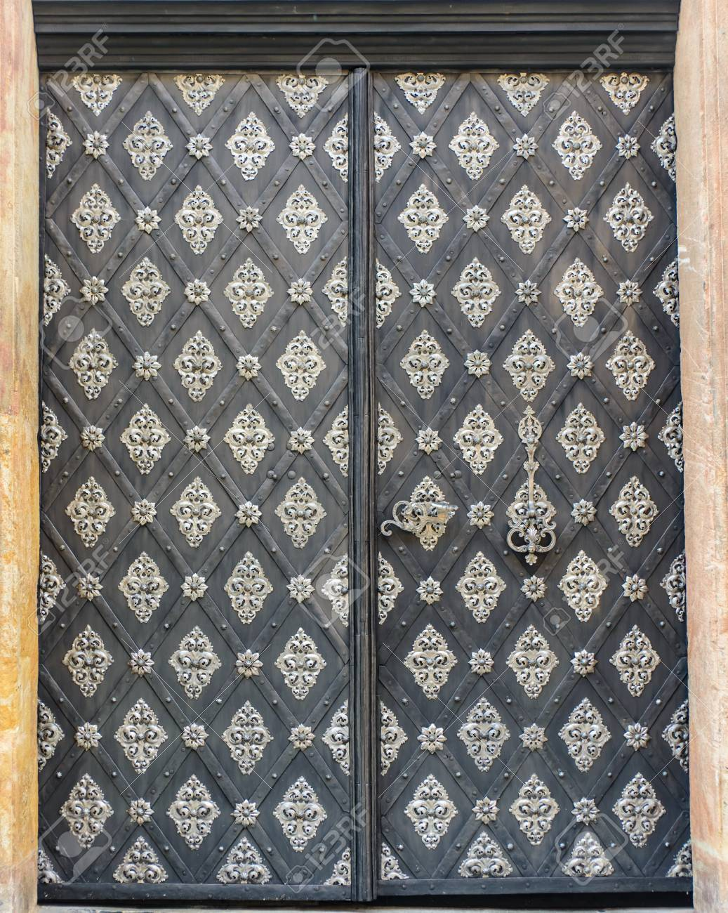 Doble Puerta Con Un Adorno De Metal Adornado En Un Patrón De ...