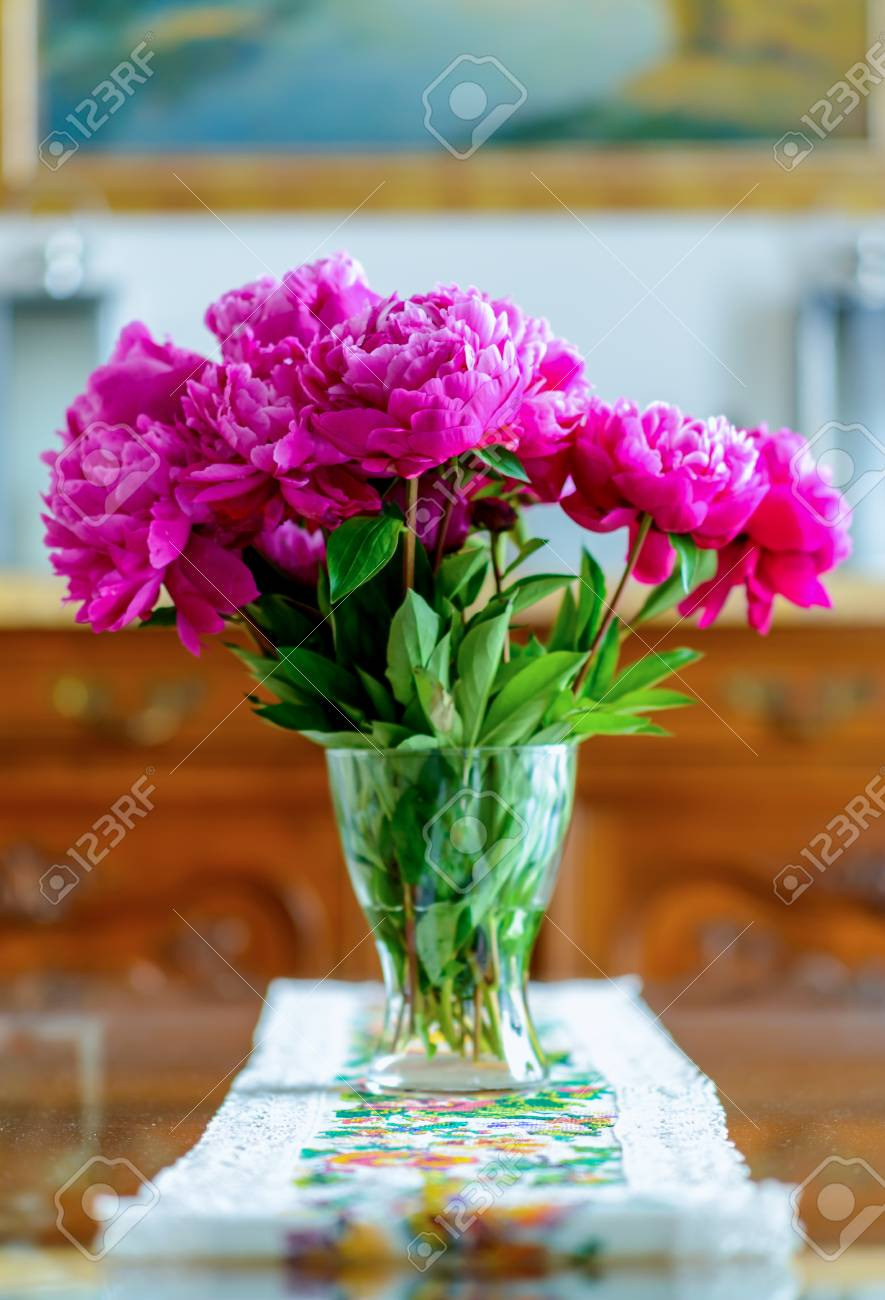 Exceptionnel Banque Du0027images   Brillant Et Réflexive Table De Salle à Manger Avec Pièce  Maîtresse Florale Par Chaise Ornée