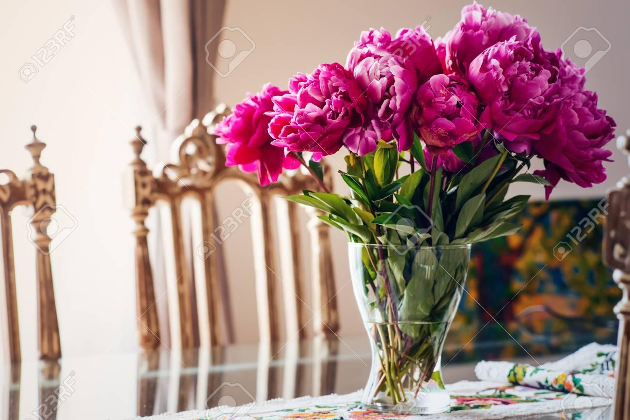 Merveilleux Banque Du0027images   Brillant Et Réflexive Table De Salle à Manger Avec Pièce  Maîtresse Florale Par Chaise Ornée