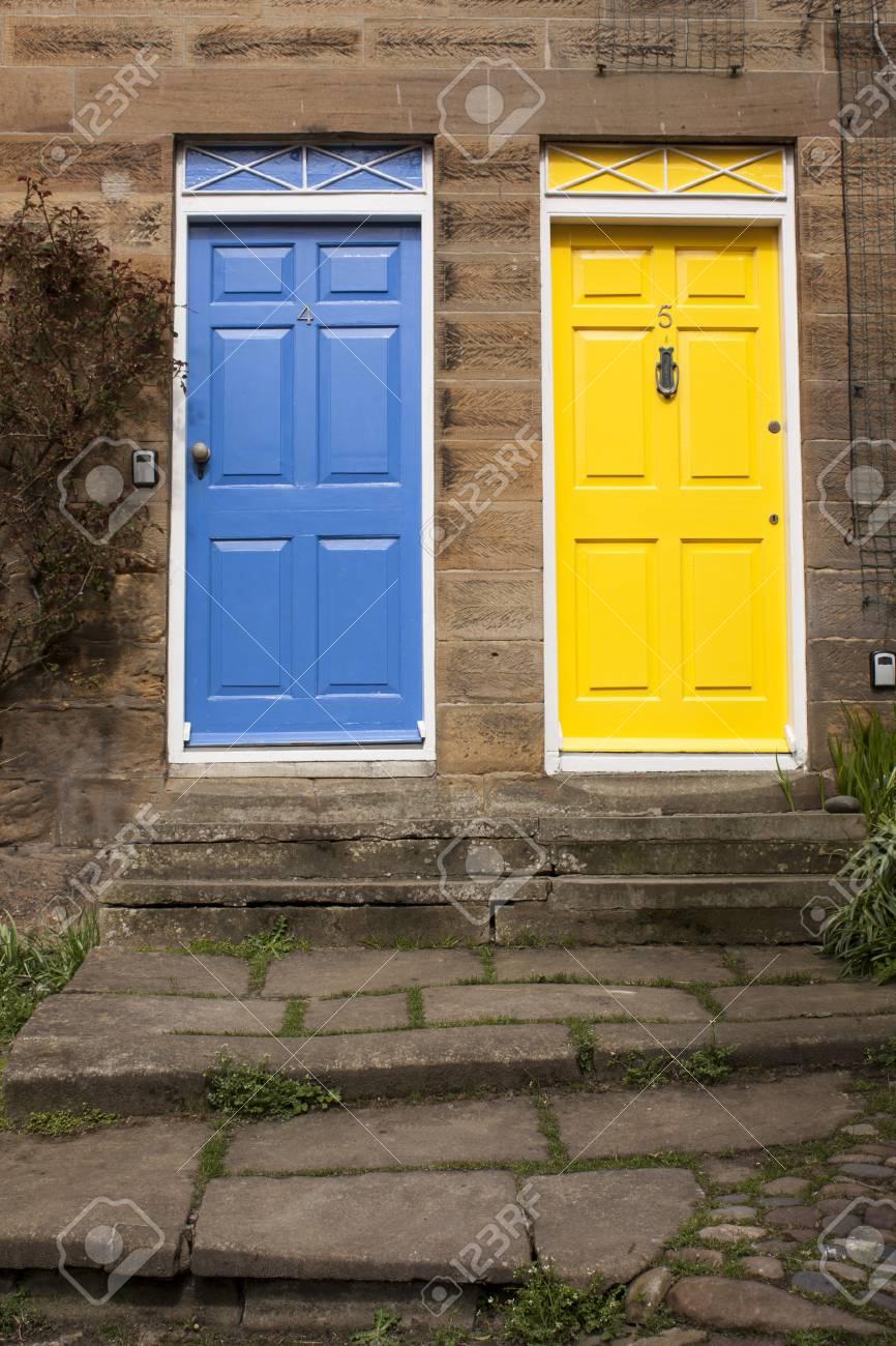 blau und gelb türfarbe lizenzfreie fotos, bilder und stock