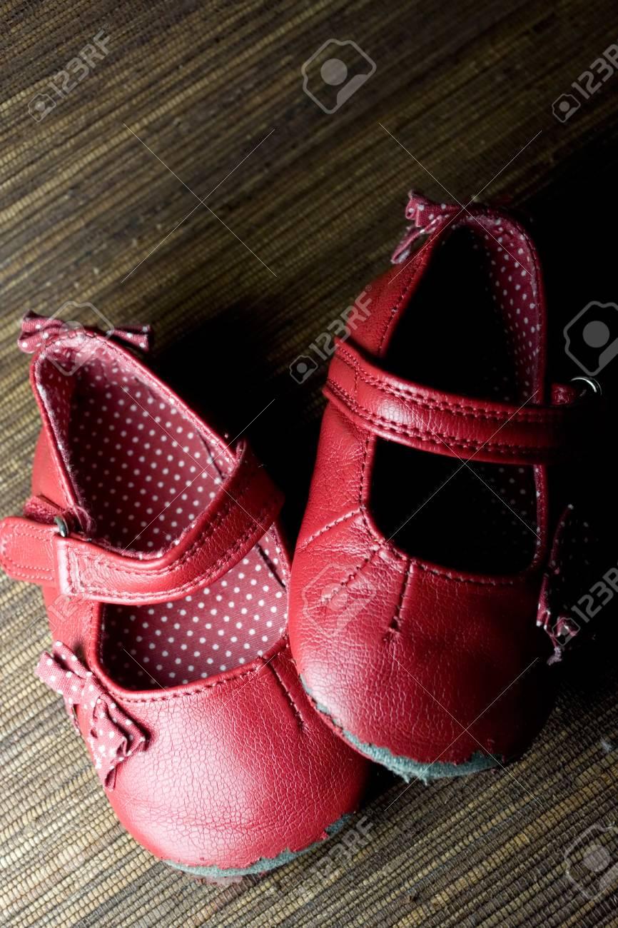 dd4b16eedc1ed Portés Et Utilisés Rouge Chaussures Bébé Fille Banque D Images Et ...