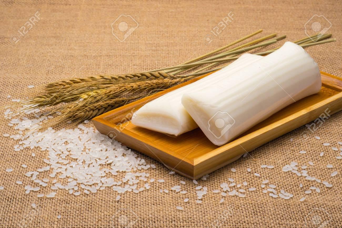 Decorazioni Torte Cinesi : Immagini stock torte di riso cinese nella piastra di bambù