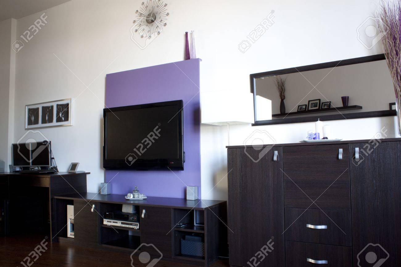 Wohnzimmer Mit Einem Lila Wand TV Lizenzfreie Bilder