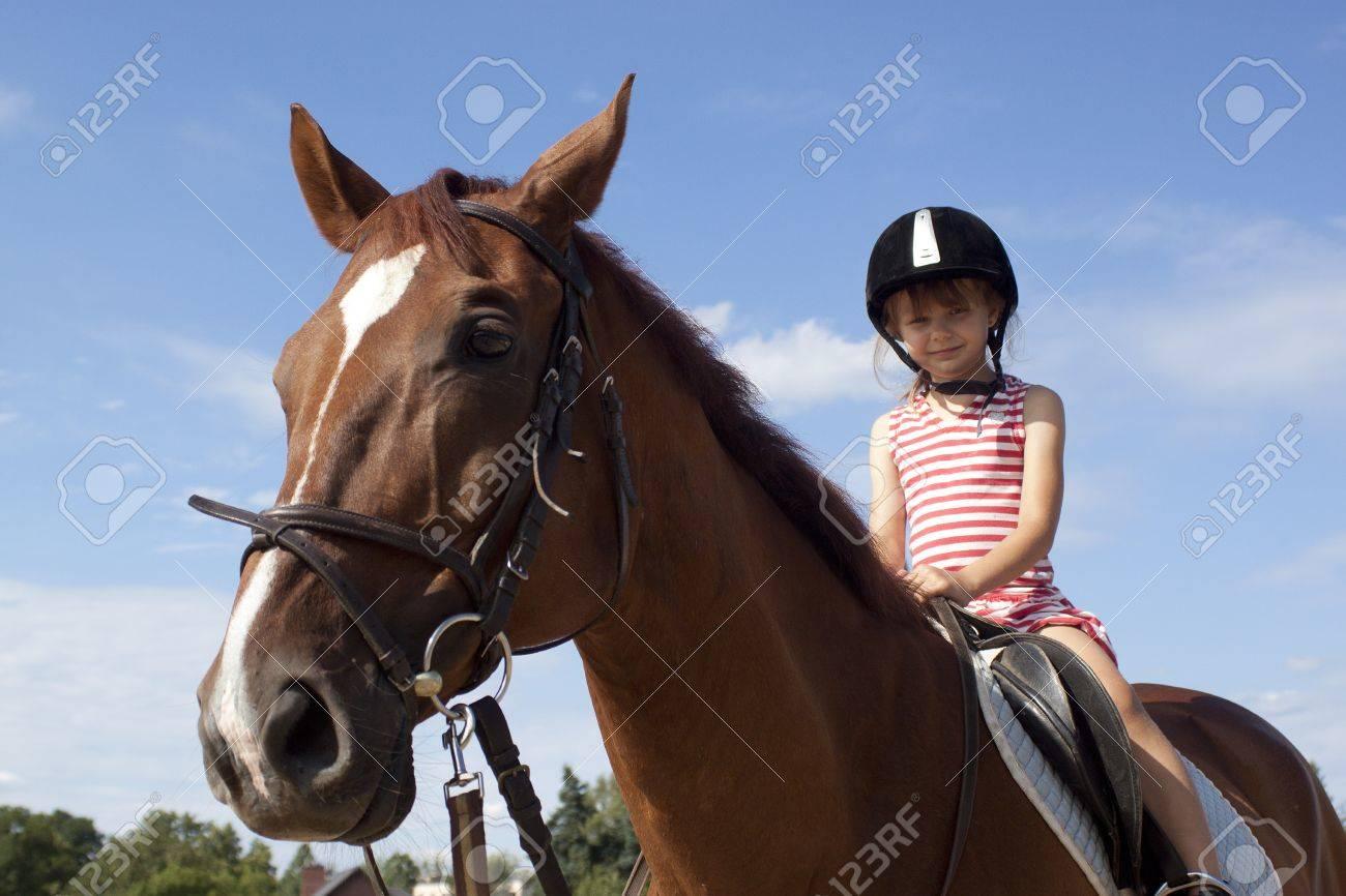 Tiny Girl reitet großen Schwanz