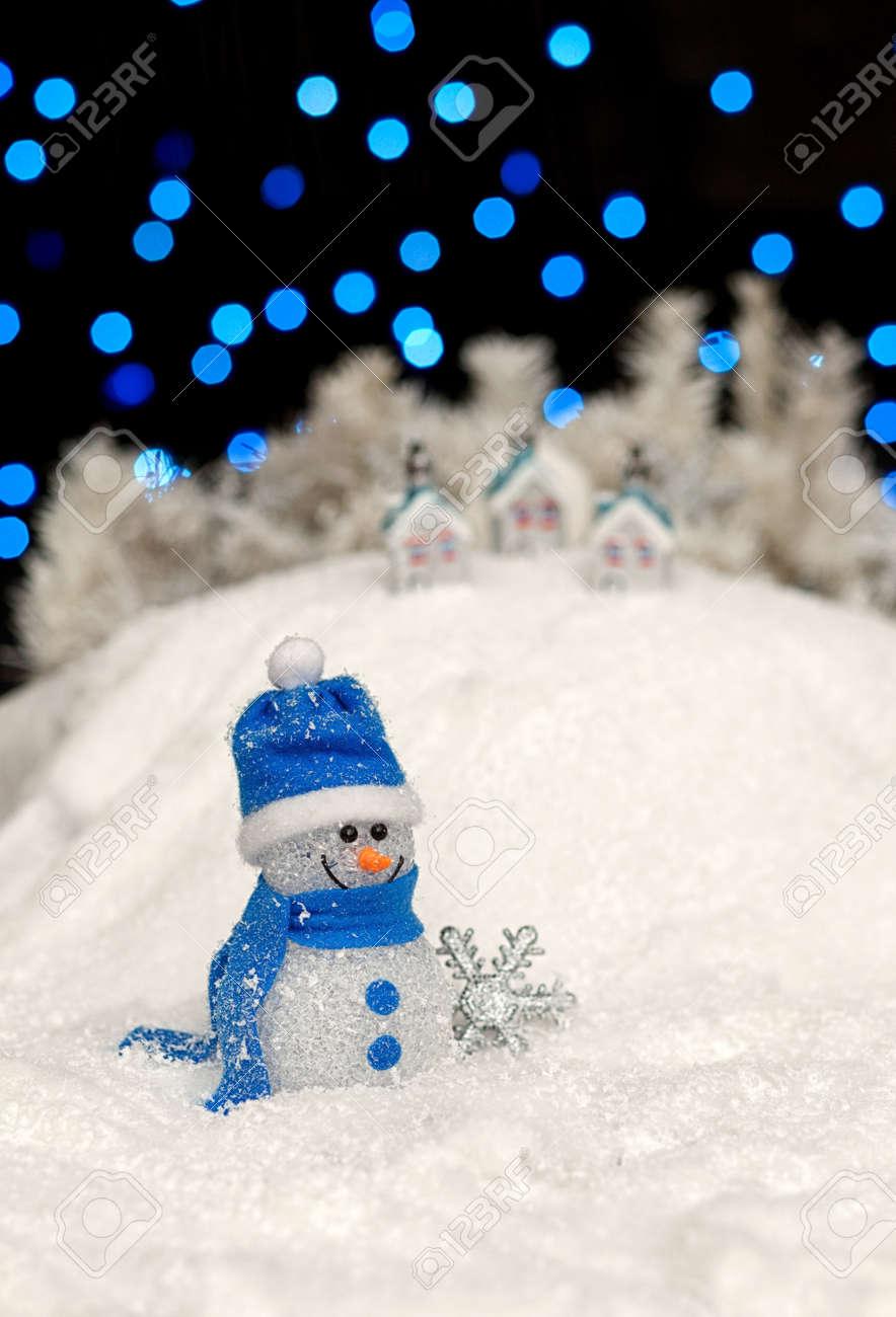 Immagini Di Natale Pupazzi Di Neve.Pupazzo Di Neve E Decorazioni Natalizie Nella Notte Di Natale Profondita Di Campo