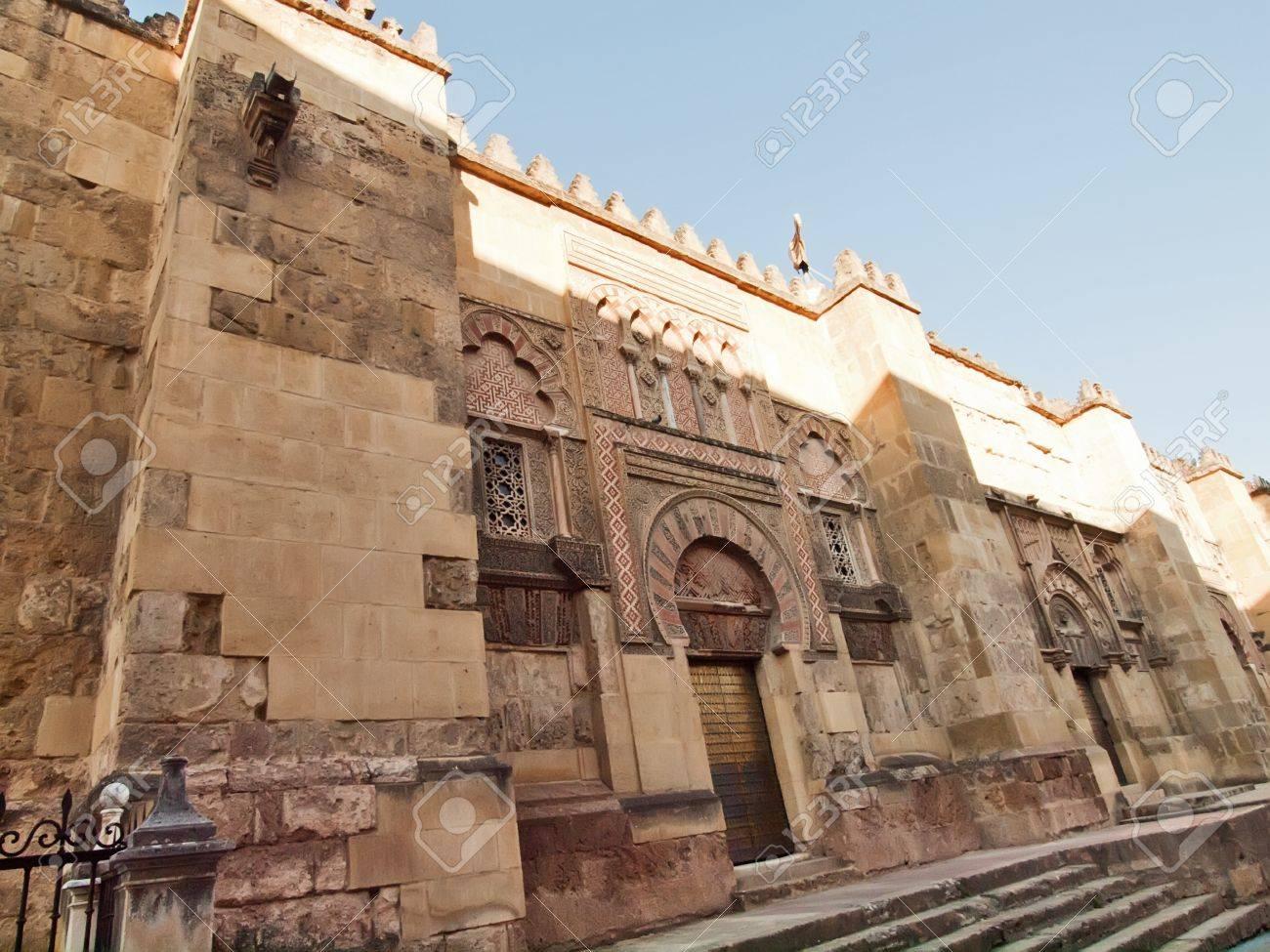 el alminar vista desde las paredes exteriores de la mezquita catedral de crdoba espaa